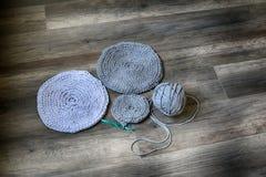Gråa handgjorda cottoncordborddukar på virkningkroken Fotografering för Bildbyråer