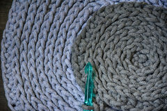Gråa handgjorda cottoncordborddukar på virkningkroken Royaltyfri Fotografi