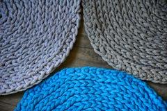 Gråa handgjorda cottoncordborddukar på virkningkroken Royaltyfri Foto