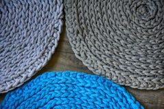 Gråa handgjorda cottoncordborddukar på virkningkroken Arkivfoton