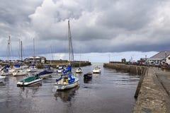 Gråa himlar över den Aberaeron hamnen Arkivfoton