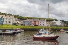Gråa himlar över den Aberaeron hamnen Royaltyfri Bild