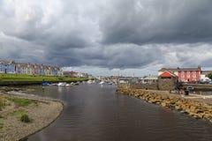 Gråa himlar över den Aberaeron hamnen Royaltyfri Fotografi