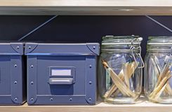 Gråa kartonger för att lagra hushållobjekt royaltyfria foton