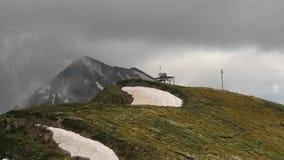 Gråa moln som passerar på bergmaximumet, timelaps stock video