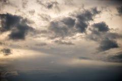 Gråa molnbildande på himmel, utseende av regnmolnet Royaltyfri Fotografi