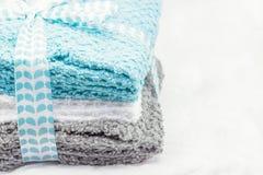 Gråa och vita handdukar för turkos, på en vit bakgrund royaltyfri bild