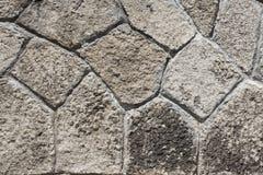 Gråa tegelplattor för vägg med den ojämna formen utanför en byggnad fotografering för bildbyråer