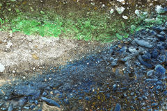 Grådaskig betongvägg med blått färgade stenar 12 Arkivbilder