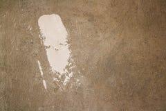 Grådaskig betongvägg som gör en abstrakt bakgrund Fläckar av Fotografering för Bildbyråer
