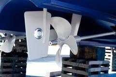 Gråna den målade propellern och styrningen med zinkanoder Royaltyfri Foto