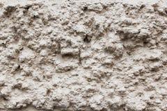 Gråna den texturerade väggen av ojämnt gammalt smutsar ner murbruk Arkivbild