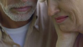 Gråt för gammal kvinna, hög man som försiktigt kramar henne för att stötta och lugna ner lager videofilmer