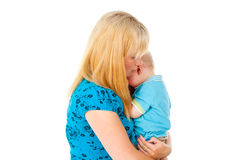 Gråt för litet barn i armarna av modern Royaltyfri Bild