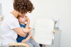 Gråt för litet barn i doktorer kontor fotografering för bildbyråer
