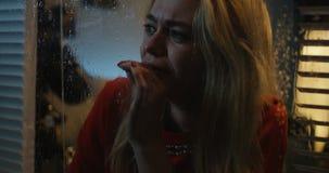Gråt för ung kvinna, medan hålla ögonen på stormen lager videofilmer