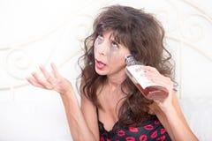 Gråta den drack kvinnan med flaskan Fotografering för Bildbyråer
