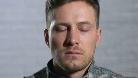 Gråta den militära veteran som in camera ser närbild, psykoterapi, fördjupning lager videofilmer
