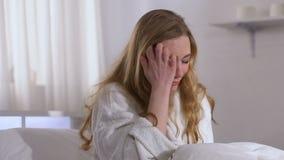 Gråta den talande telefonen för dam hemma, dåliga nyheter från familjen, livproblem, spänning arkivfilmer