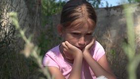Gråta det olyckliga barnet med ledsna minnen, tillfällig hemlös unge, övergett som är bedrövlig stock video
