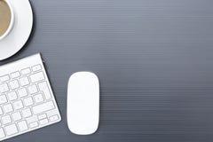 Grått affärsskrivbord med en trådlös mus Royaltyfri Fotografi