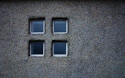 grått fönster arkivfoton