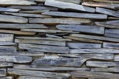 Grått granitväggställe de staplade lagren fotografering för bildbyråer