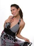 grått nätt för brunettklänning royaltyfri bild