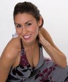 grått nätt för brunettklänning Arkivfoto