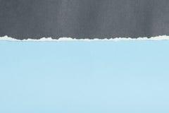 Grått papper med den rivna kanten på blue Royaltyfri Foto