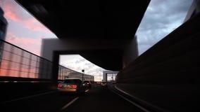 Grått regnmoln för skurkroll i himmel över den upptagna trafikhuvudvägvägen i den första personen pov på fantastisk sikt från exp arkivfilmer