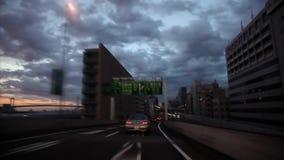Grått regnmoln för skurkroll i himmel över den upptagna trafikhuvudvägvägen i den första personen pov på ursnygg sikt från expone arkivfilmer