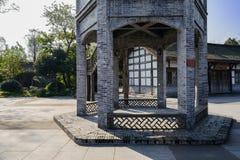 Grått tegelstentorn i kinesisk traditionell stil på den ingen soliga vintern Arkivbilder