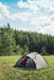 Grått turist- tält i sommarskog Royaltyfria Bilder