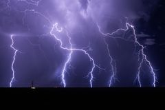Grève de boulons de foudre d'une tempête Images stock