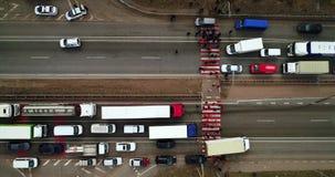 Grève et protestation des personnes A bloqué la route Foule des protestataires contrariés bloquant la route avec des exigences au clips vidéos