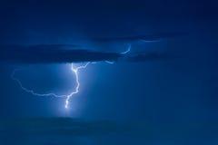 Grève surprise d'orage sur le ciel nuageux foncé Photos libres de droits