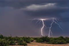 Grèves de boulon de foudre en avant d'une tempête image libre de droits