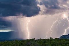 Grèves surprise et forte pluie pendant un orage photo stock