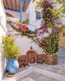 Grécia, aleia pitoresca na ilha do Egeu de Tinos Imagens de Stock Royalty Free