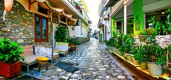 Grécia colorido tradicional - ruas velhas de Skiathos fotografia de stock