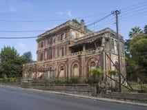 Grécia, Corfu, cidade de Kerkyra, o 26 de setembro de 2018: Casa de campo abandonada grega clássica velha da degradação na estrad imagens de stock