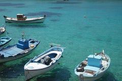 Grécia, a ilha de Irakleia, barcos de pesca imagem de stock royalty free