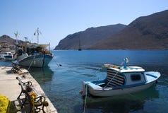 Grécia, a ilha de Symi Barcos de pesca no cais imagem de stock royalty free