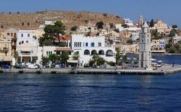 Grécia, a ilha de Symi O porto no porto da torre de Yailos e de pulso de disparo foto de stock