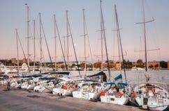 Grécia, o Rodes - 13 de julho iate na manhã de Mandraki do porto o 13 de julho de 2014 no Rodes, Grécia Fotografia de Stock