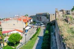 Grécia, Tessalónica, vista da torre branca na rua estreita Imagem de Stock Royalty Free