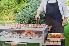 Grésillement des bâtons de barbecue avec de la viande et des légumes Photos libres de droits