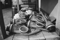 Grób, kłama na pudełkach z respiratorami, w starym schronie, budującym w USSR zdjęcia royalty free