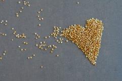 Grões do Quinoa na forma do coração Fotos de Stock
